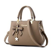 Модная женская сумка с брелком. Стильная женская сумочка через плечо эко кожа да, да, Коричневый