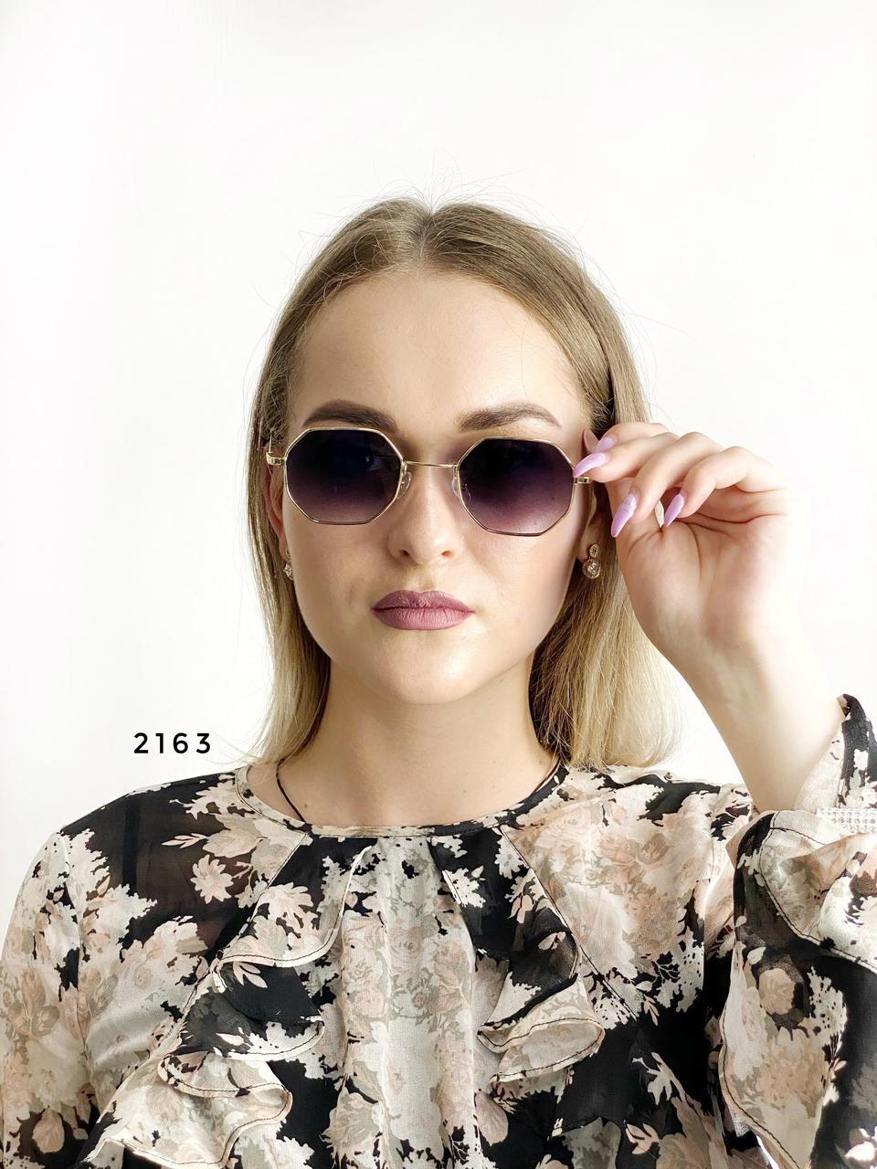 Стильные солнцезащитные очки с черными линзами