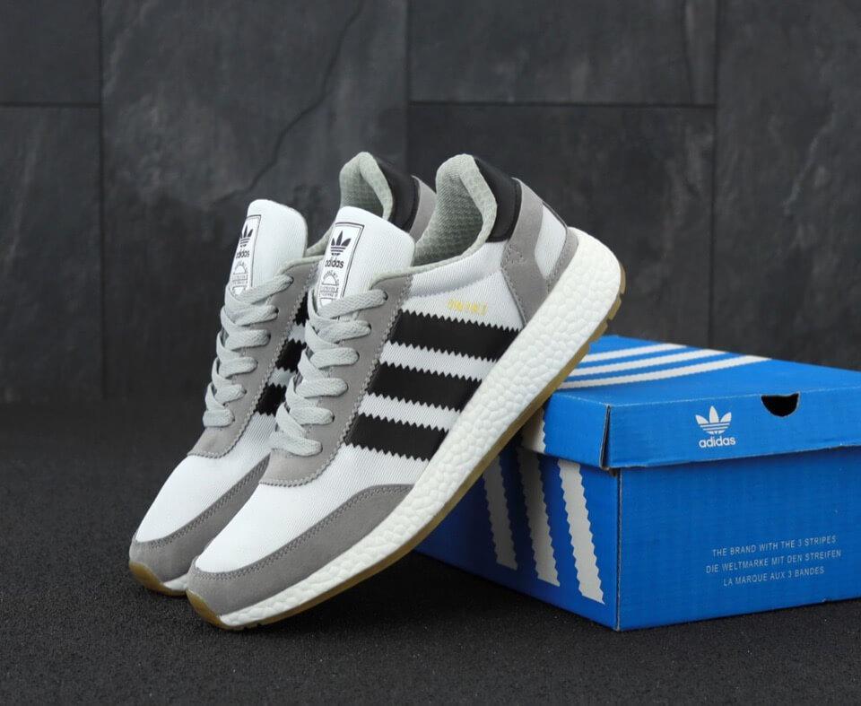 Мужские кроссовки Adidas Iniki Runner Boost Light Grey светло-серого цвета (Адидас Иники Руннер весна/лето)