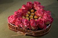 Композиция из конфет Ферреро Роше в форме сердца с живыми цветами