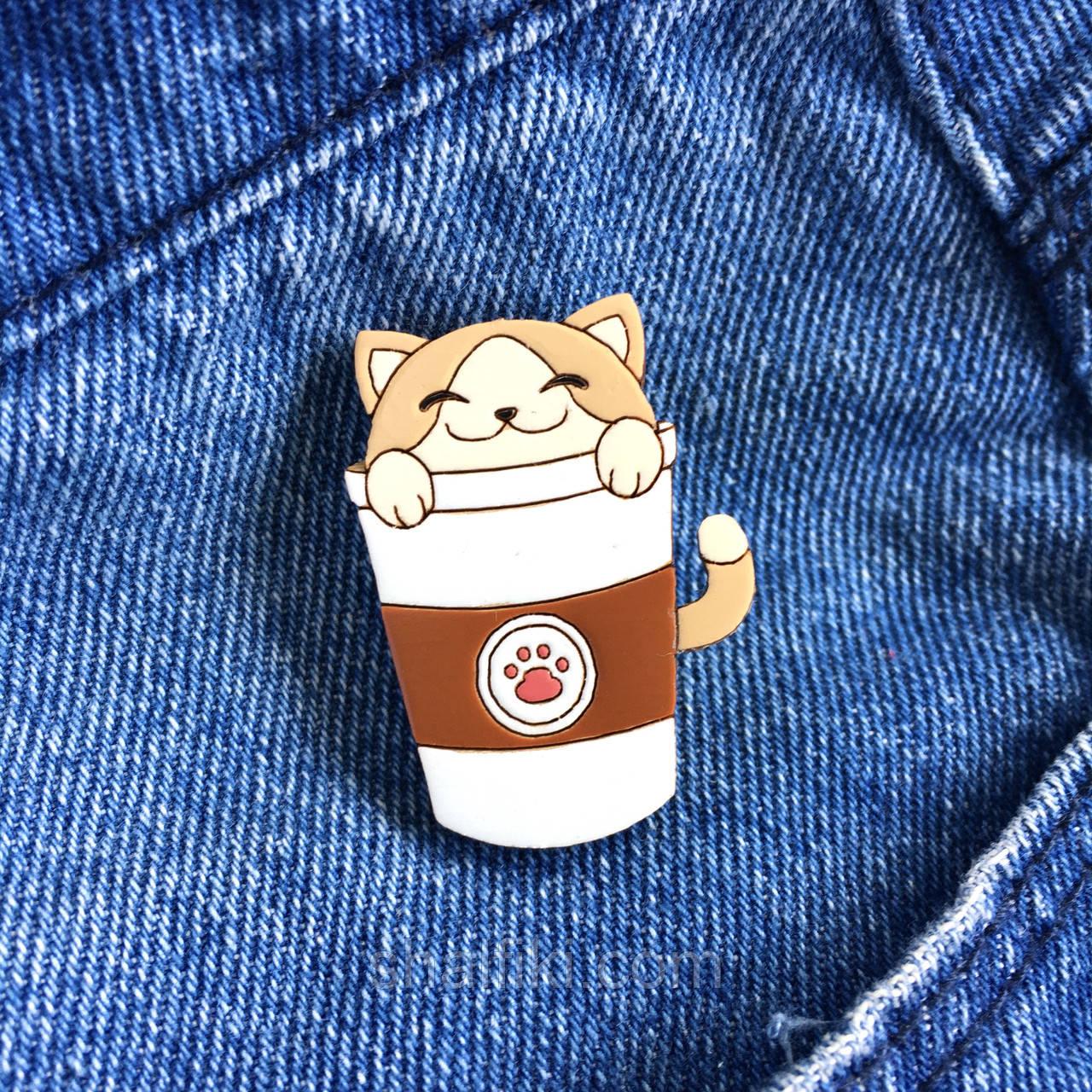 """""""Кот в кофейном стаканчике"""" брошь деревянная вручную раскрашенная"""