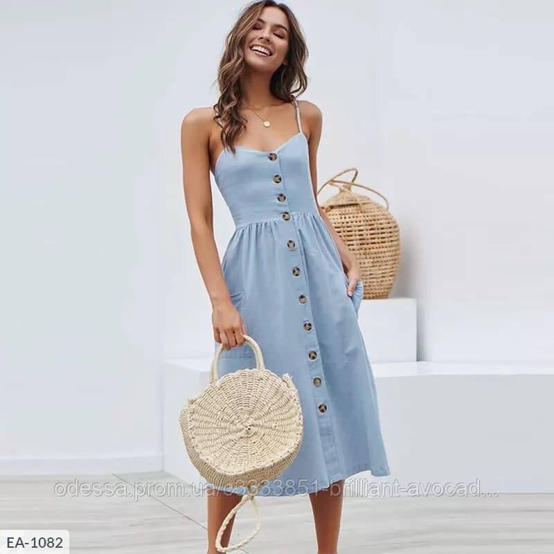 Летнее платье на пуговицах и тонких бретельках в модный цветах