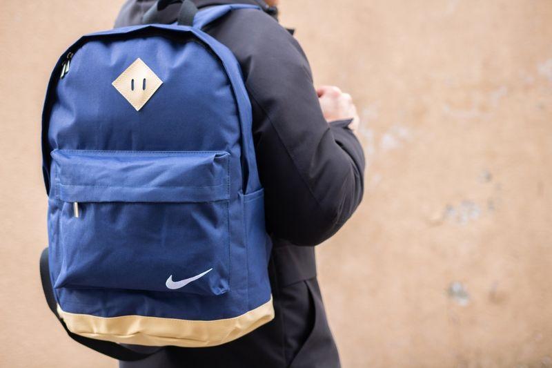 Мужской рюкзак синего цвета с желтым дном