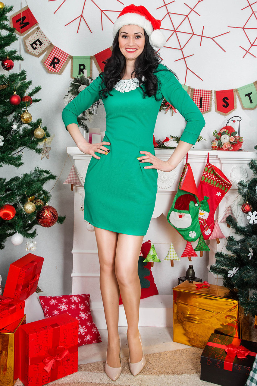 Модное тирикотажное платье зеленого цвета с белым кружевным воротником