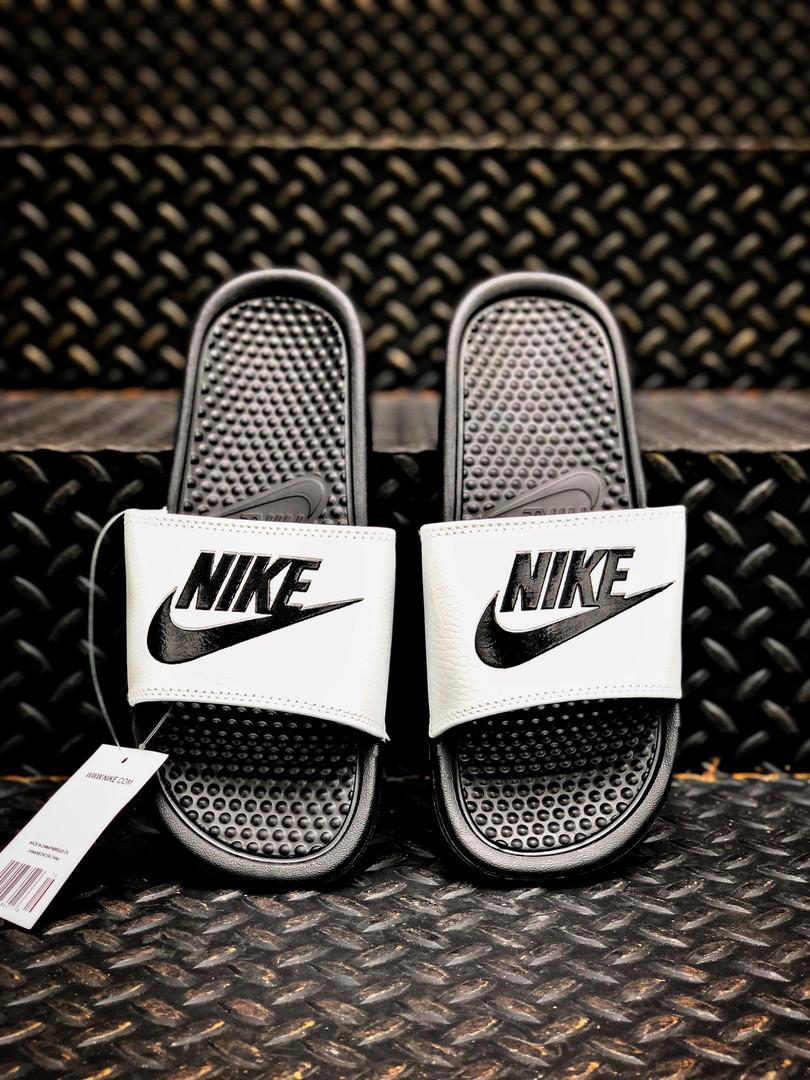 Мужские массажные шлепанцы на лето Nike Benassi (черно-белые) 201