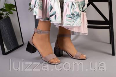 Замшевые босоножки цвета капучино на каблуке