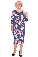 Модное платье с цветочным принтом декорировано брошью большого размера