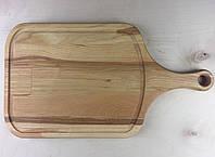 Деревянная разделочная доска с ручкой.