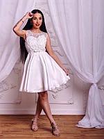 Атласное платье с цветной аппликацией