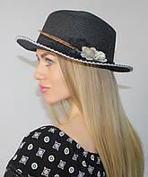 Шляпа канотье женская летняя черная с белой отделкой и бутоньеркой