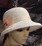 Белая летняя шляпа с небольшими  полями из соломки с украшением, фото 2