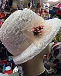 Белая летняя шляпа с небольшими  полями из соломки с украшением, фото 3