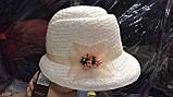 Белая летняя шляпа с небольшими  полями из соломки с украшением, фото 4