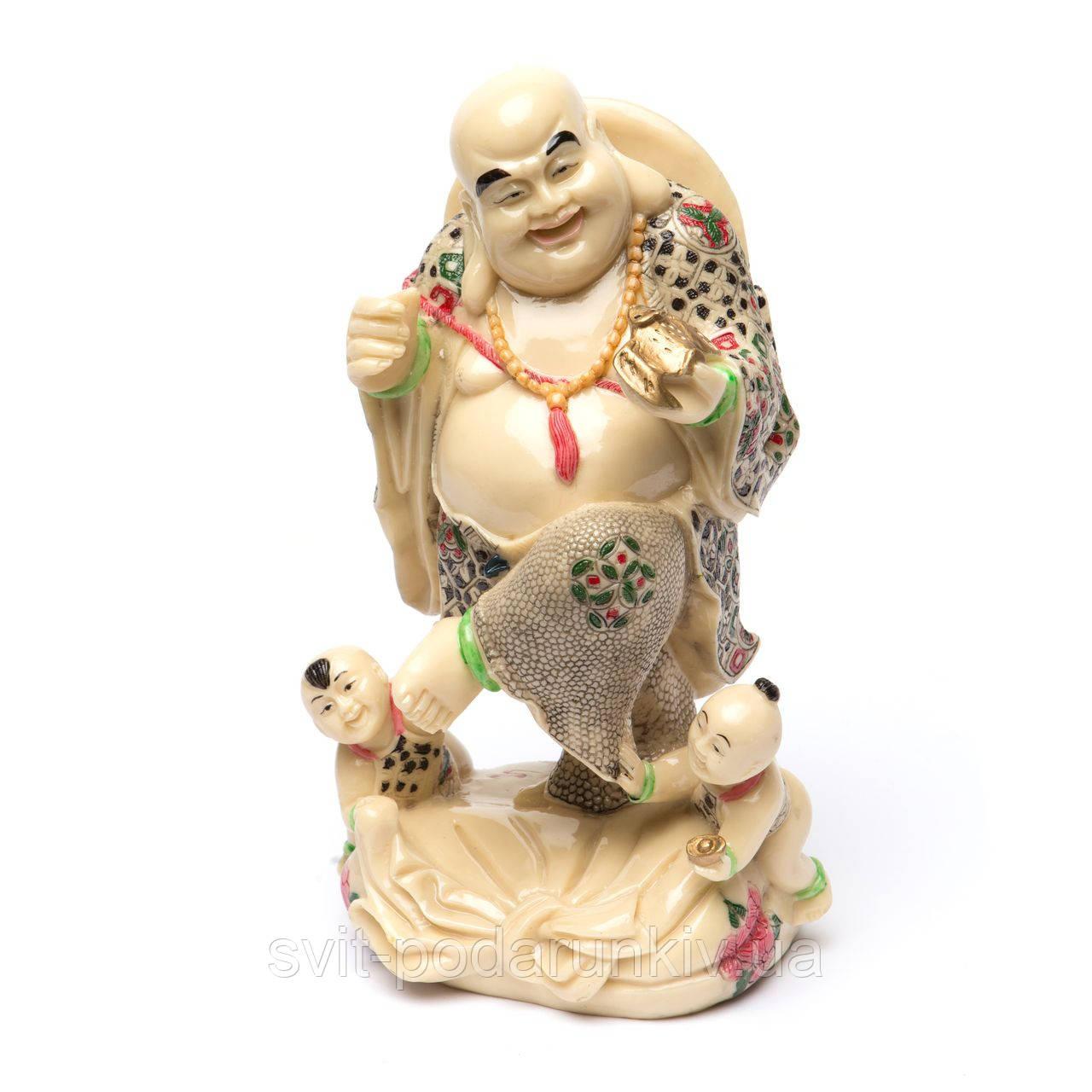Статуэтка Будды который держит в руке золотой слиток к богатству S8063
