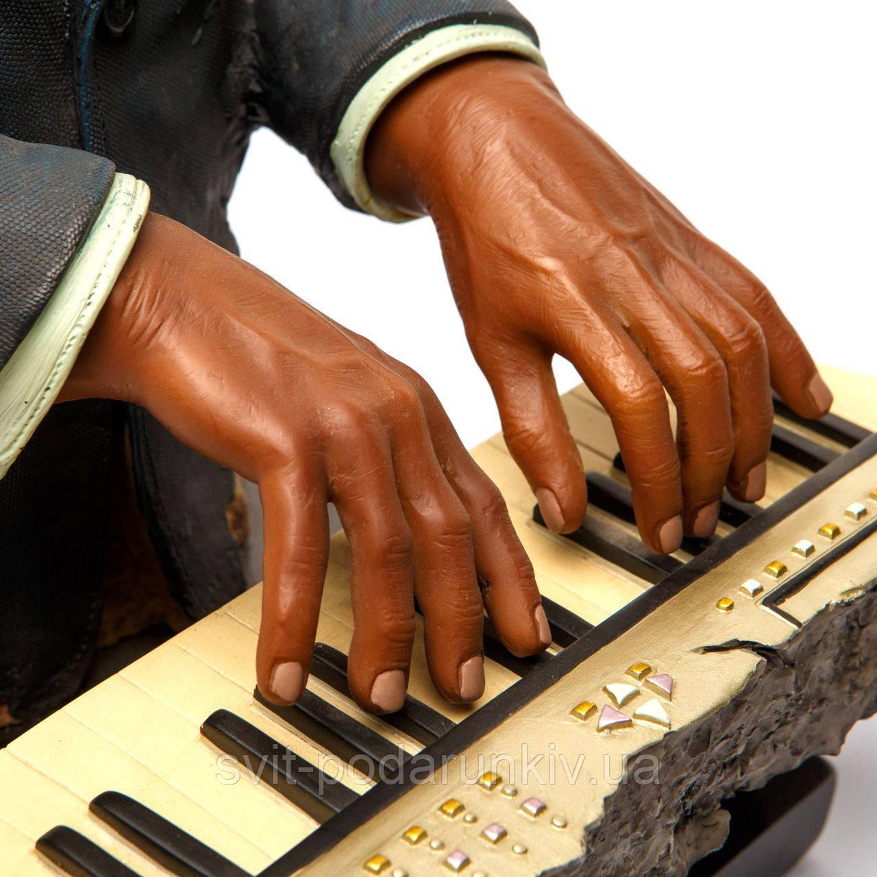 статуэтка пианиста