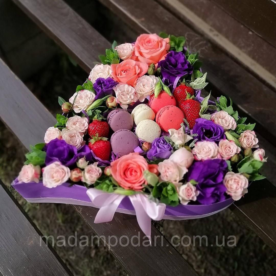 Коробка с фруктами и цветами