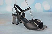 Кожаные босоножки на устойчивом каблуке Polann