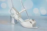 Белые женские босоножки на устойчивом каблуке Polann