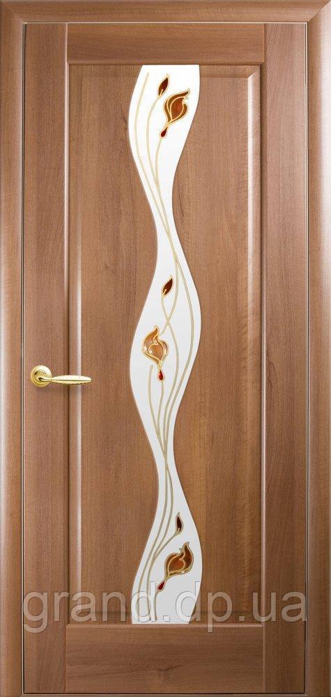 Межкомнатная дверь  Волна ПВХ DeLuxe со стеклом сатин  и цветным рисунком, цвет золотая ольха