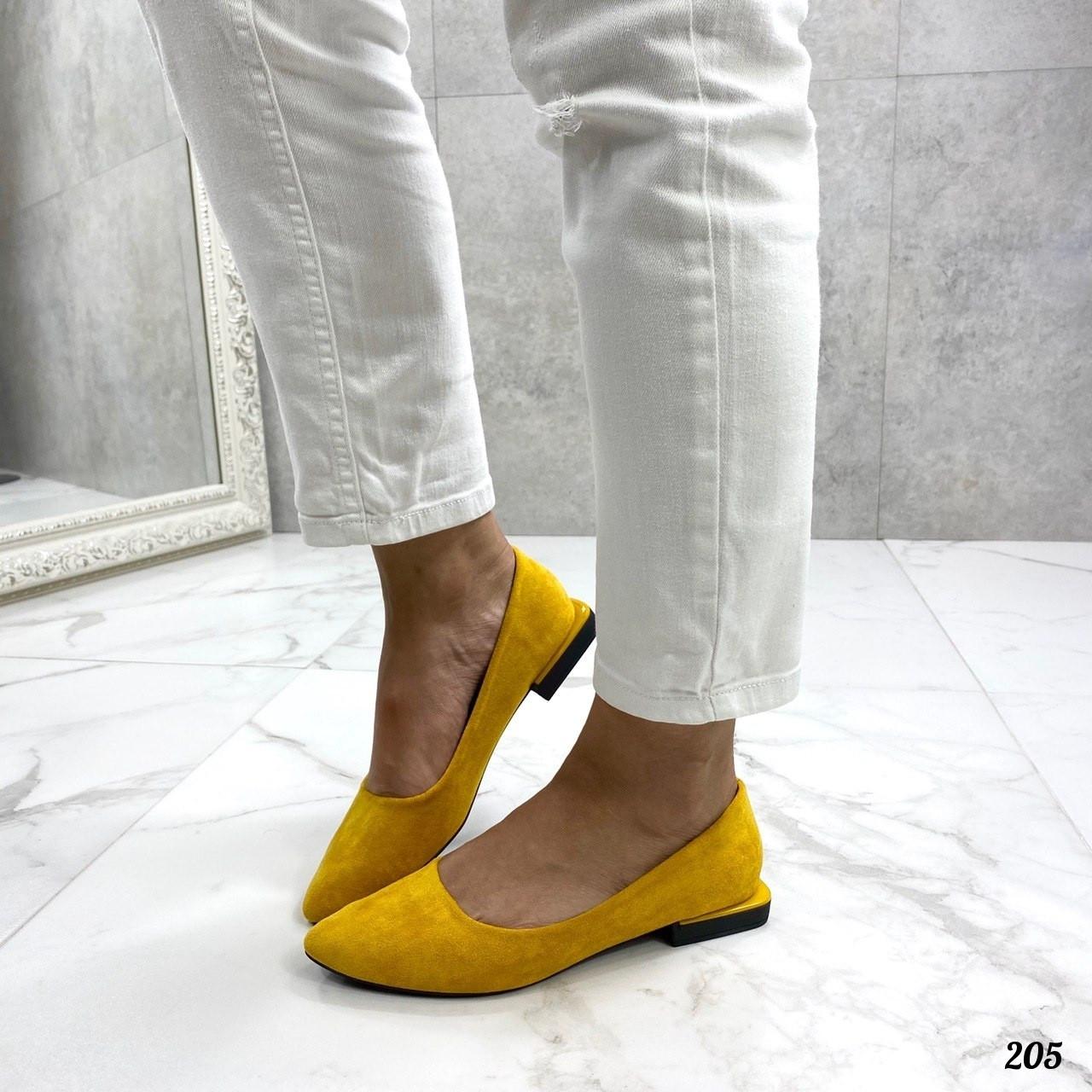 Желтые замшевые туфли на плоской подошве