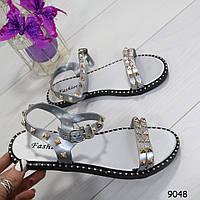 Серебристые женские сандалии на плоской подошве, фото 1