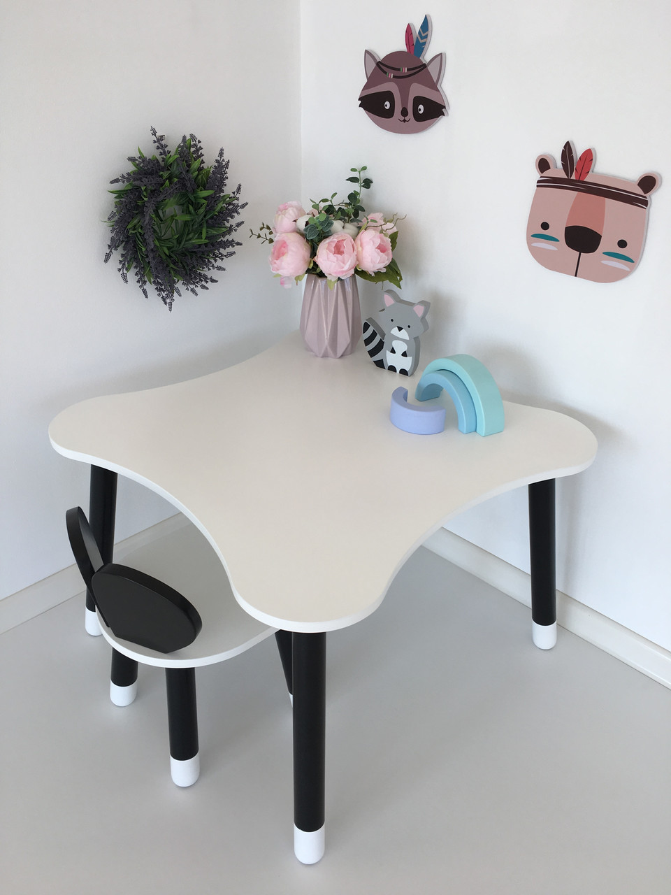 Столик четырехлистник и 1 черно-белый стул мишка
