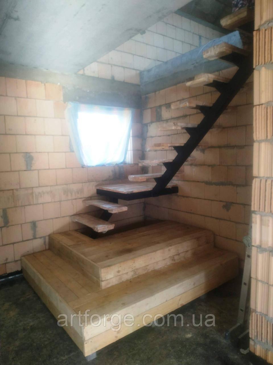 Каркас лестницы на центральном косоуре с площадкой