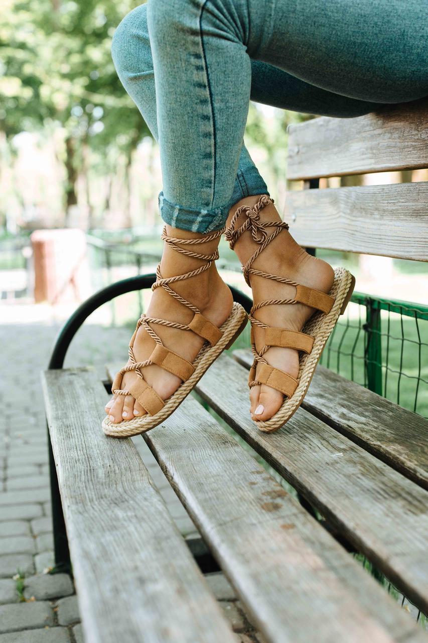 Жіночі босоніжки на плоскій підошві зі шнурівкою