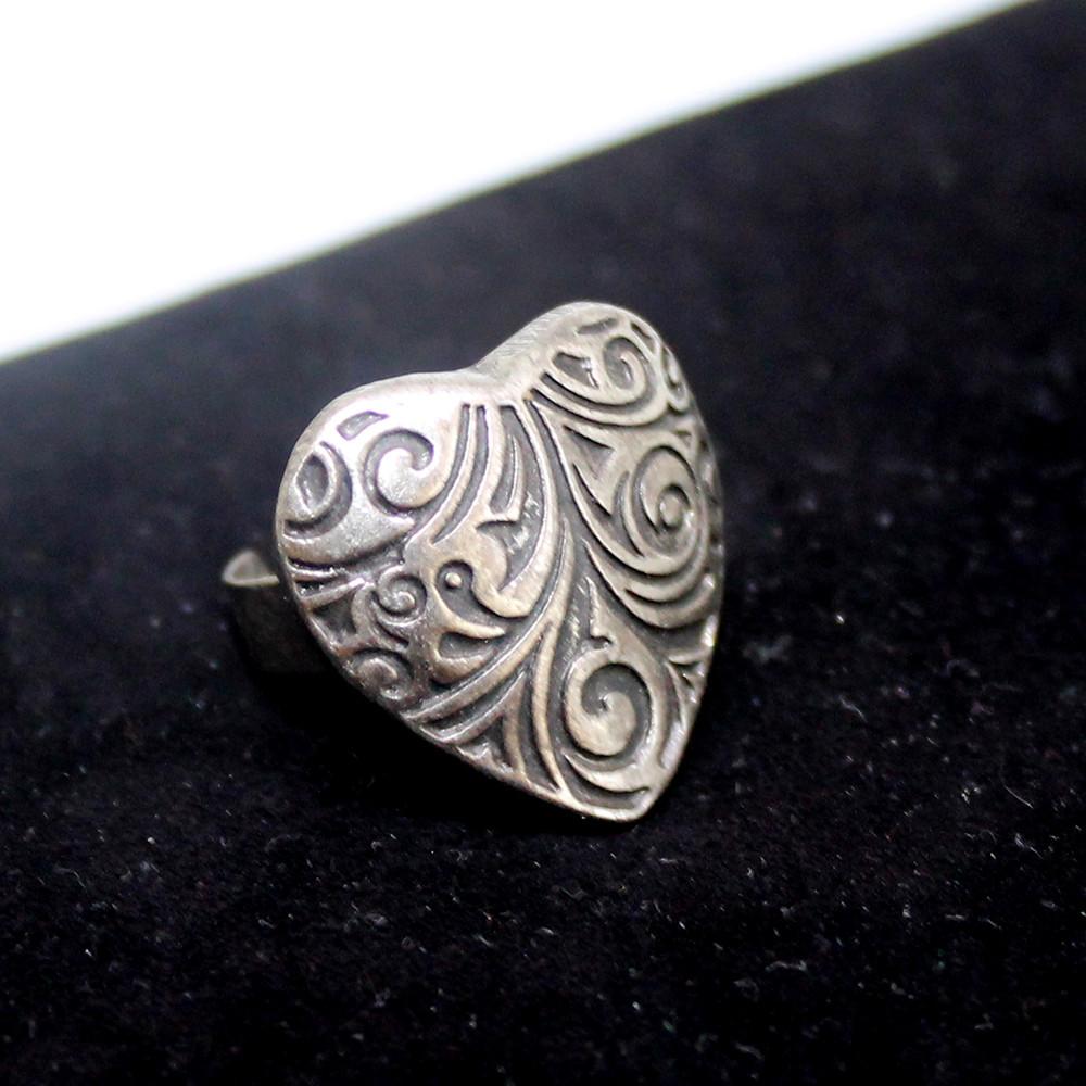 Кольцо в форме сердечка из металла