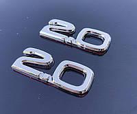 Эмблема 2.0 на багажник 25*50 мм. Значок на крышку багажника