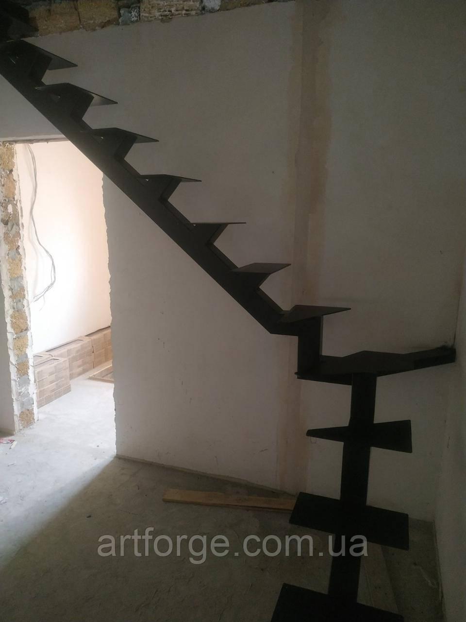 Каркас поворотной лестницы на монокосоуре. Металевий каркас сходів.