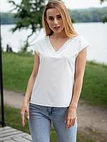 Нежная однотонная блуза, декорирована жемчугом на вырезе