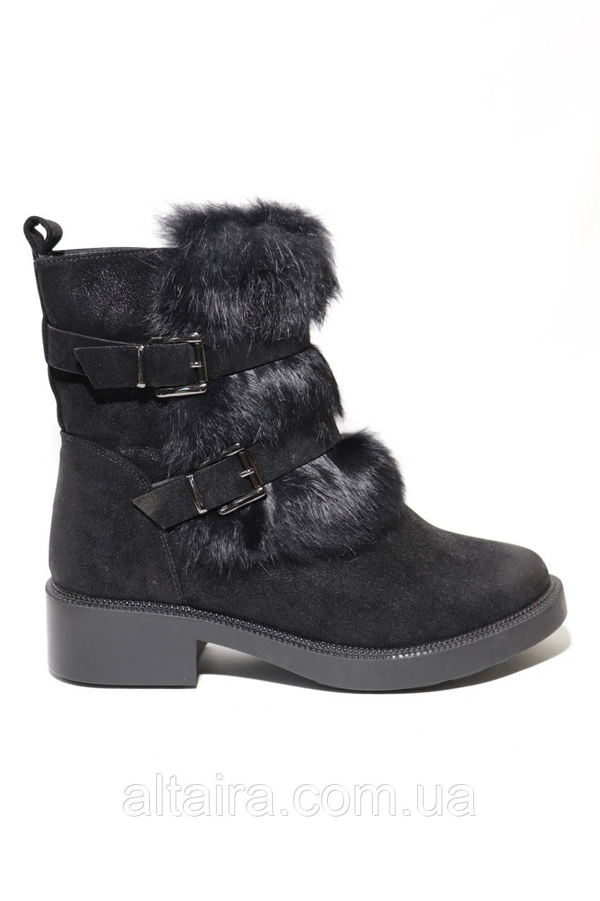 Зимові жіночі замшеві півчобітки, чорного кольору з натуральної опушенням на невисокому каблучку. Розміри 36,37