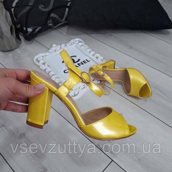 Босоножки женские желтые лакированные на каблуке