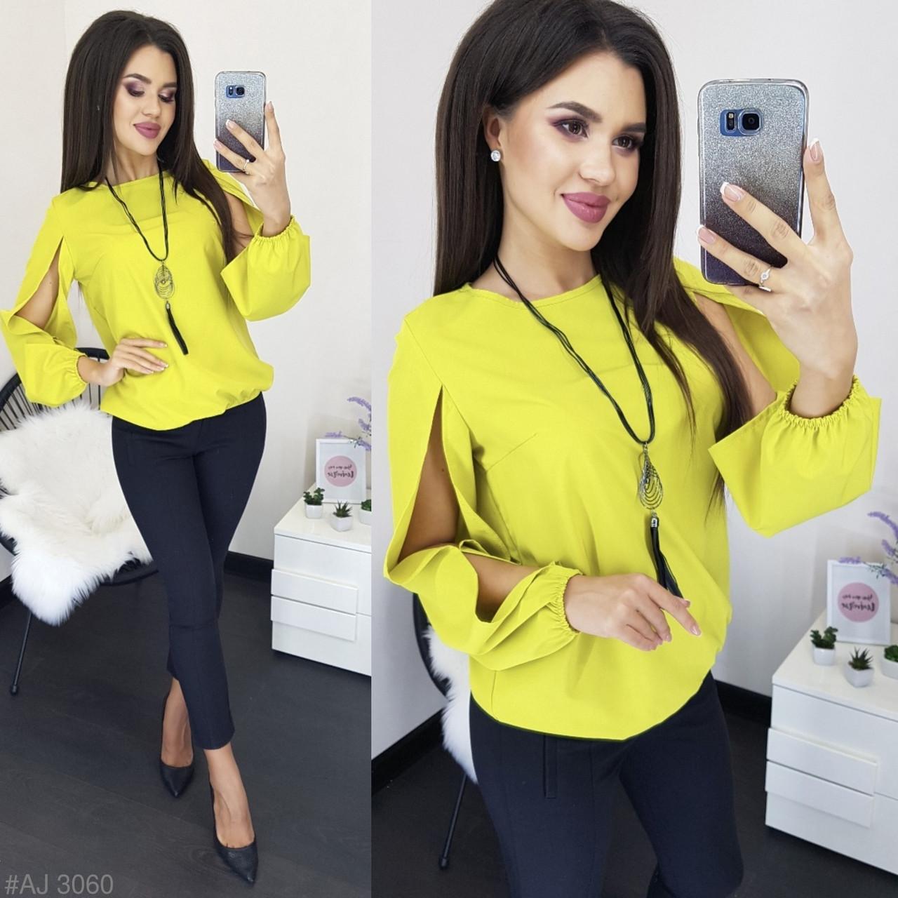Блузка сочного цвета с украшением в комплекте