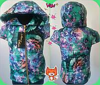 Детский теплый жилет на синтепоне с цветочным принтом для девочки / зеленый