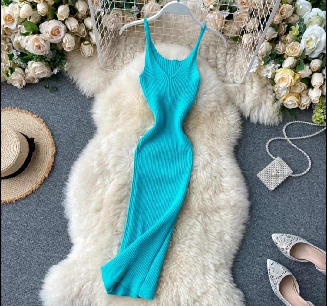 Яркое платье - майка с вырезом декольте из трикотажа лапши по фигуре 79031417