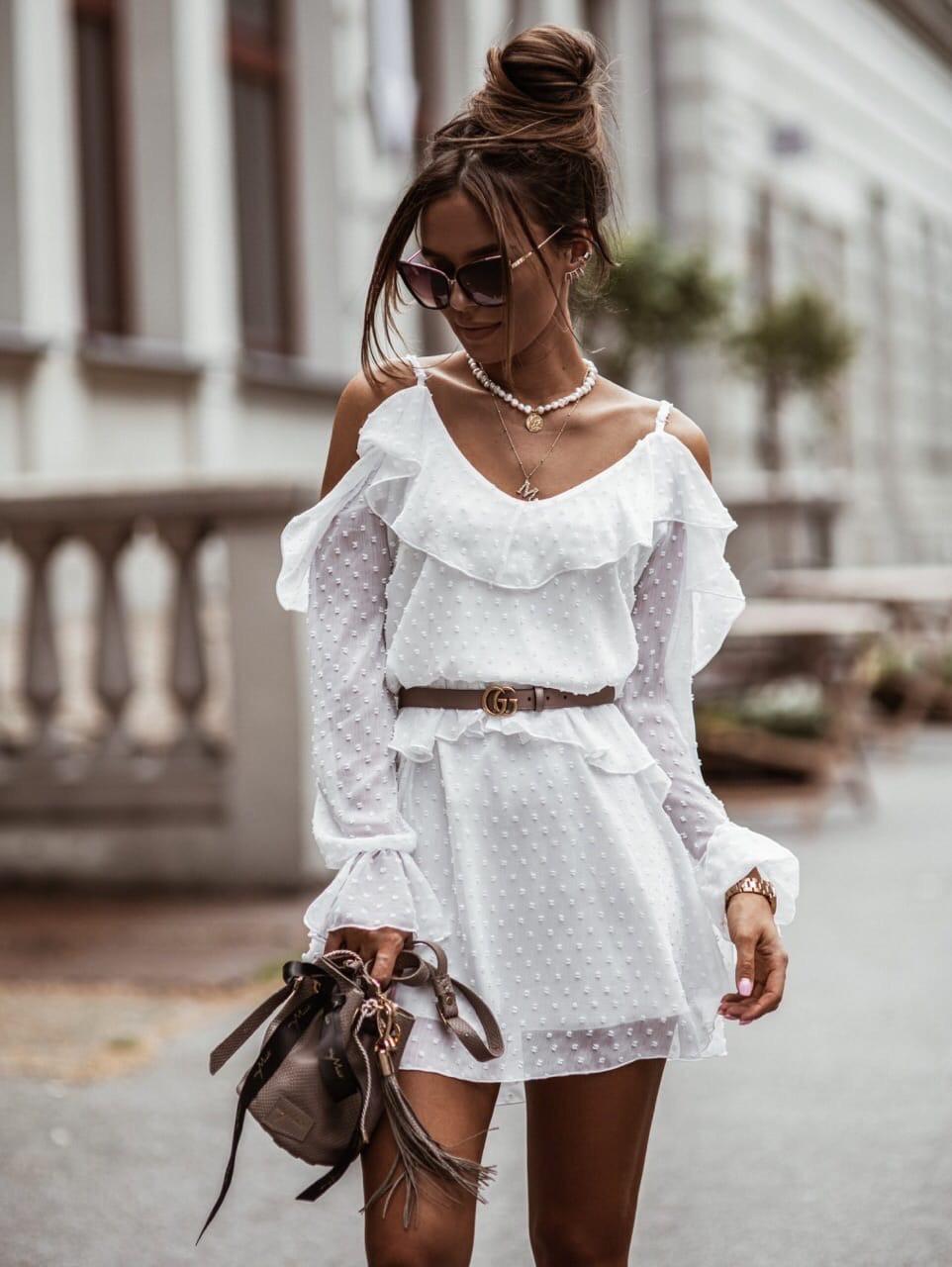 Белое шифоновое платье с расклешенной юбкой и открытыми плечами, на гурди и рукавах воланы 41plt1406