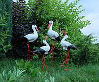 Семья из четырех аистов для сада, аисты с аистенками - садовый декор из керамики на металлических лапках ББКК