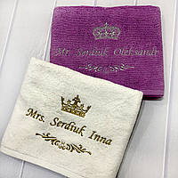 Именные свадебные полотенца (банные махровые, набор - фиолетовое и белое) 100% хлопок Lux, вышивка: корона