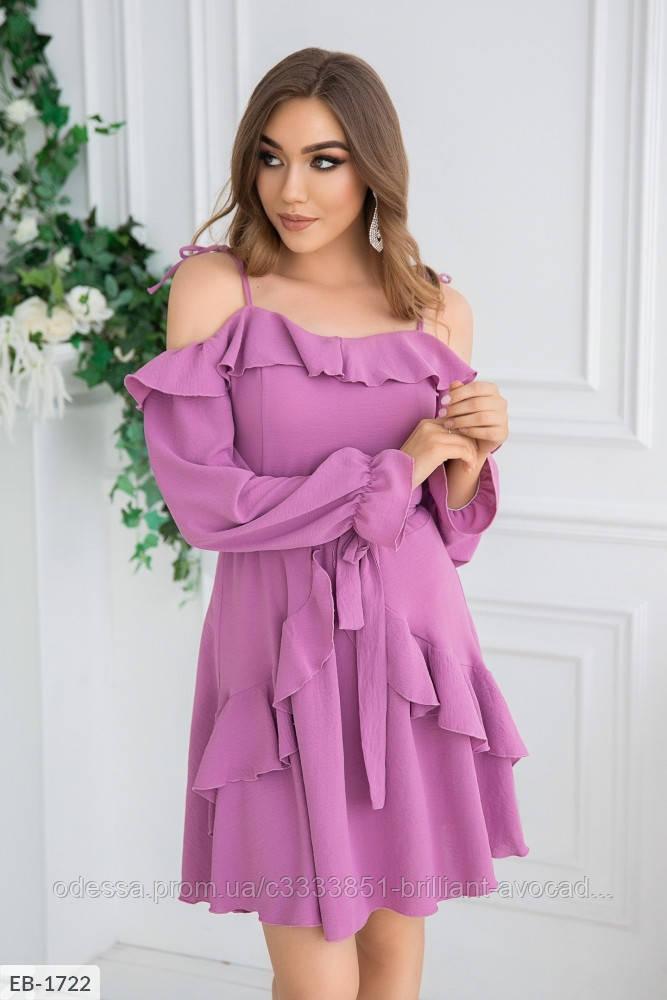 Женское летнее платье с открытыми плечами и оборкой