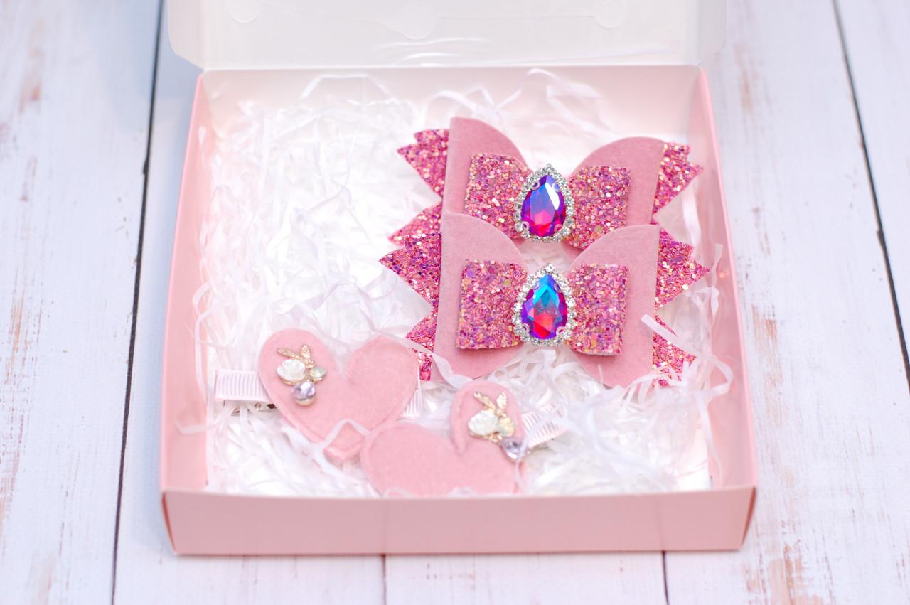 Набор заколок в розовом цвете в коробке
