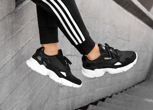 Чоловічі кросівки Adidas Falcon в стилі Адідас Фалкон ЧОРНІ БІЛІ (Репліка ААА+)