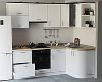 Угловая кухня с фасадами из пластика на основе МДФ произвольной конфигурации. На фото - 2.3×1.3м