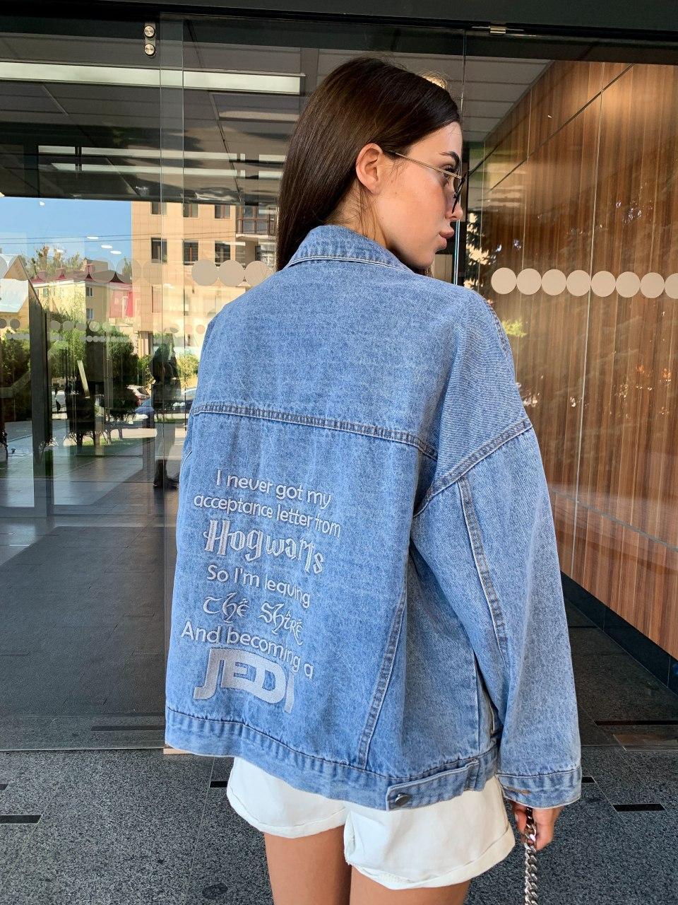 Джинсовая куртка оверсайз свободного кроя с надписями на спине