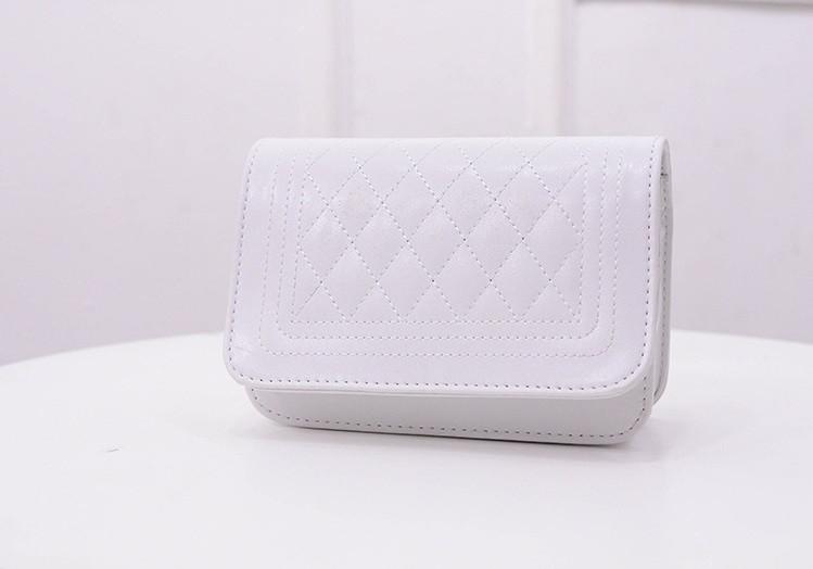 Маленькая женская сумочка с ремешком-цепочкой белая