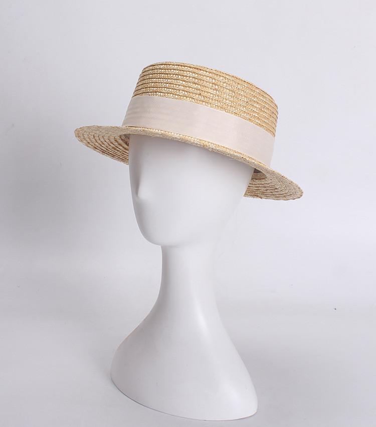 Женская соломенная шляпа канотье с узкими полями.
