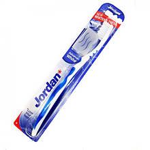Зубная щетка средней жесткости с колпачком для путешествий Jordan Advanced