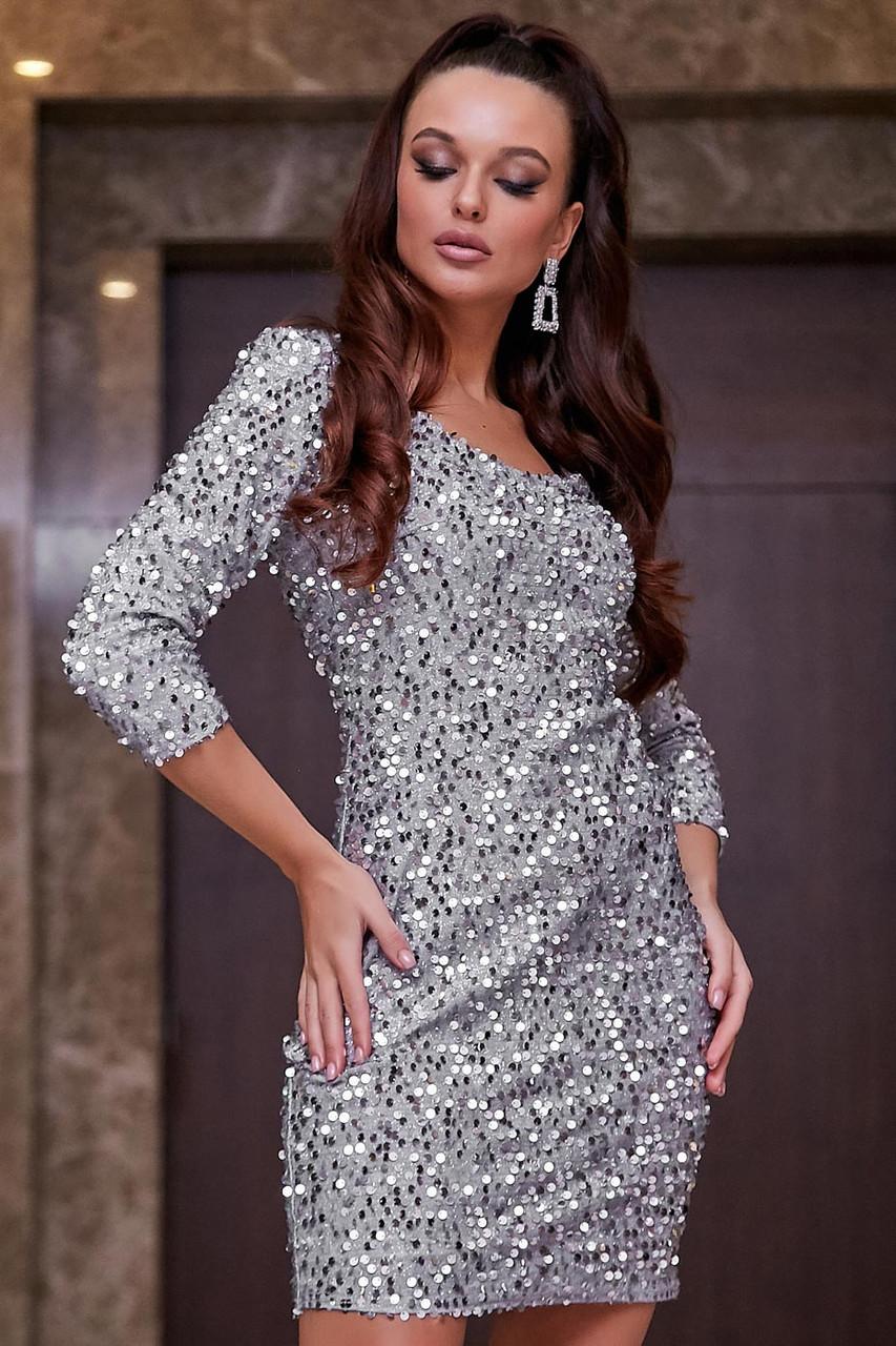 Трикотажное платье-футляр выше колена обтягивающее с пайетками, нарядное. Серое, серебряное