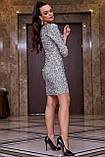 Трикотажное платье-футляр выше колена обтягивающее с пайетками, нарядное. Серое, серебряное, фото 3